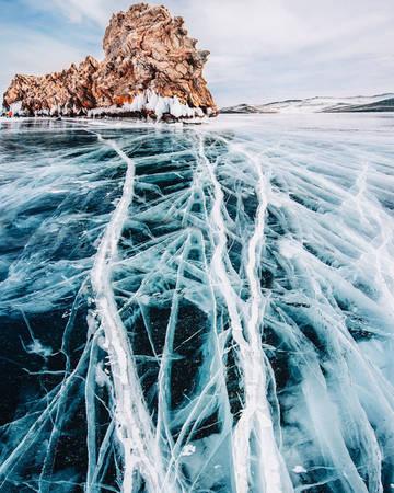 Ngoạn mục hơn, nhiều đoạn trên hồ xuất hiện vết nứt gãy trắng xóa như những tia sét, hình thù rất ấn tượng. Nhiều vết vứt có chiều dài lên tới 10-30 km và chiều ngang 2-3 m.