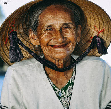 Cụ Hai Xong, 89 tuổi, chèo thuyền bên dòng Thu Bồn