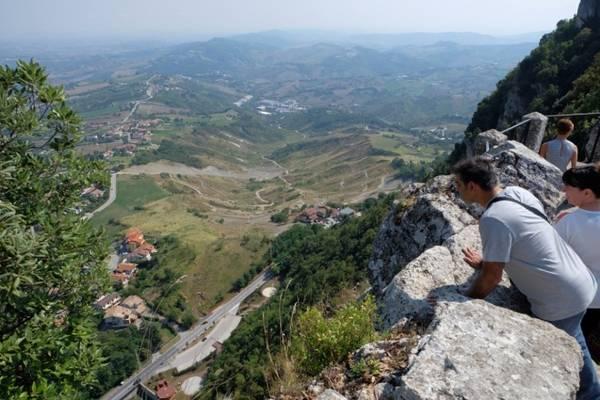 Còn nhiều nơi khác trên đất nước San Marino đáng tới thăm. Bạn sẽ ấn tượng với những nét thân thiện của người làm dịch vụ nơi đây, các anh lính gác cung điện lòe loẹt, nghiêm nghị mà đáng mến. Cách tốt nhất để đến San Marino là đi xe bus từ thành phố Rimini ở Italy. Với vé hai chiều khoảng 10 euro, tuyến bus này khởi hành từ ga tàu trung tâm Rimini và kết thúc ở bãi đỗ xe bus San Marino. Mỗi chuyến cách nhau khoảng một giờ và bạn nên đến sớm để tránh phải chờ 45 phút. Nếu có thời gian, bạn hãy dành một ngày thưởng thức bãi biển Rimini và một ngày cho San Marino.