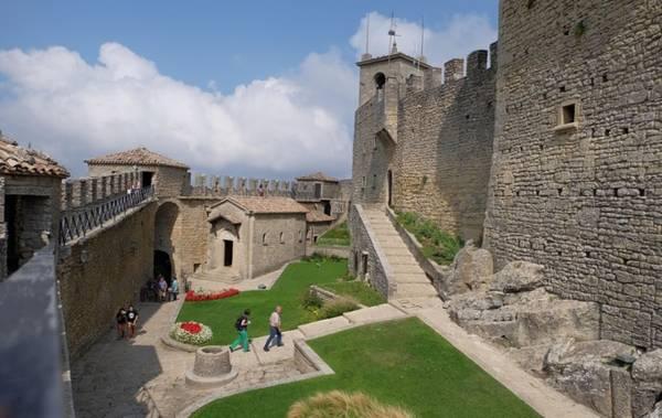 Tuy phân thành nhiều đơn vị nhỏ, San Marino được biết đến phần lớn nhờ thủ đô cùng tên (tiếng Italy: Città di San Marino). Thành phố này không lớn, cũng không phải là trung tâm kinh tế của đất nước, nhưng sở hữu những thứ rất hấp dẫn du khách. Trong đó, không thể bỏ qua ba tòa tháp cổ Guaita, Cesta và Montale nằm từ tây sang đông. Vì xây dựng trên núi Titano, ba tòa tháp nằm trên những điểm cao nhất đất nước, nên du khách có thể phóng tầm mắt ngắm được rất xa. Chúng được xây dựng lần lượt từ thế kỉ 11, 13 và 14 để bảo vệ thành phố khỏi những cuộc tấn công của gia tộc Malatesta ở Rimini. Trên ảnh là quang cảnh bên trong tháp Guaita.