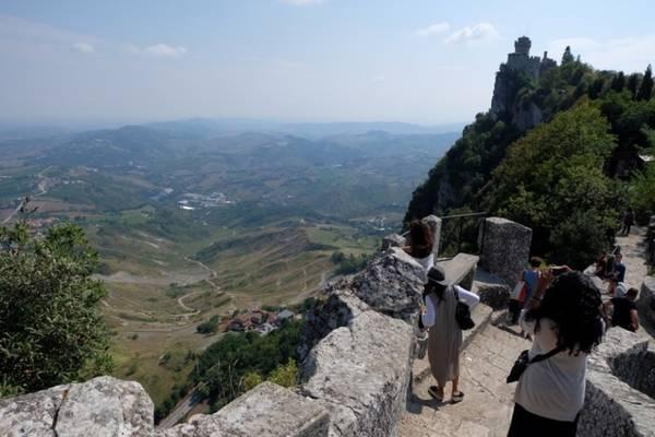 """Đường dẫn tới Cesta từ Guaita được đặt tên là """"Lối đi phù thủy"""". Con đường ma mị không phải bởi những đoạn dốc lên xuống nơi sườn núi, mà do tầm nhìn quá miên man về các phía của hai tòa tháp cũng như thung lũng phía dưới."""