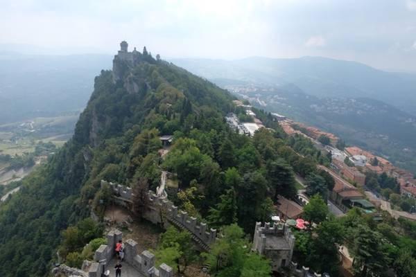 Chiếm khoảng 2 tầng đầu của tháp, bảo tàng cho phép khách lên nhờ cầu thang gỗ vừa một người đi. Lên tới đỉnh tháp, bạn sẽ có cái nhìn toàn cảnh về đất nước San Marino. Những rặng núi và cây bao lấy các mái nhà nằm dọc vài tuyến đường chính. Trong hình là quang cảnh tháp Cesta nhìn từ tháp Guaita.