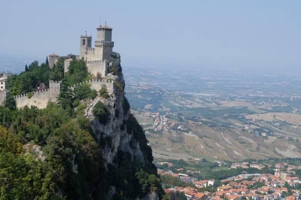 """Trên đỉnh Cesta, người ta có thể nhìn rõ Guaita trong hình ảnh điển hình trên mọi postcard về San Marino. Guaita tựa như một lâu đài cổ tích, chiếm cứ một đỉnh núi cho riêng mình và thách thức mọi ánh mắt ngước nhìn từ vùng nông thôn dưới đó hàng trăm mét. Như thế, Cesta và Guaita không khác gì """"hai anh em"""", đứng trên hai nóc nhà của đất nước nhìn về nhau."""