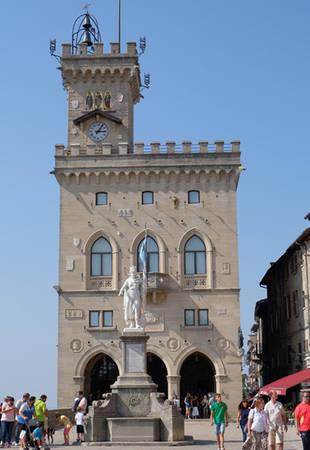 Rời ba tòa tháp, khách có thể thong dong dạo quanh các con ngõ chật hẹp của phố cổ trung tâm TP San Marino. Chỉ một buổi, bạn cũng có thể đi hết những gian hàng lưu niệm, quán cà phê nằm san sát dọc các con dốc. Điểm kỳ thú là nơi đây có nhiều cửa hàng bán đồ vũ khí lưu niệm với súng, kiếm, dao bày la liệt. Mặt khác, do nằm gần trường đua môtô Misano của Italy, thành phố có nhiều cửa hàng bán đồ lưu niệm, trang phục của môn Moto GP, nhất là gắn với tay đua lừng danh Valentino Rossi. Trong ảnh là cung điện, đồng thời là tòa thị chính TP San Marino.