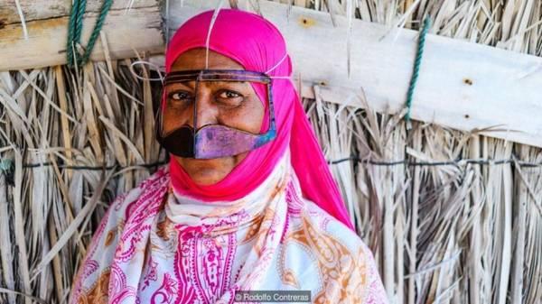 Sự pha trộn của các nền văn hóa Người dân ở tỉnh Hormozgan, bờ biển miền nam Iran được gọi là Bandari (người dân vùng cảng). Vì đóng vị trí quan trọng ở con đường hương liệu, gia vị (Spice Route) khu vực này trở thành trung tâm buôn bán lớn từ năm 2000 trước Công nguyên. Nơi đây có sự pha trộn của nhiều nền văn hóa, từ châu Phi, Arab, tới Ấn Độ, Ba Tư. Người dân vùng này đều mặc đồ và trang điểm khác với các tỉnh còn lại của Iran. Phụ nữ mặc váy sặc sỡ thay vì màu đen, đàn ông mặc quần áo phong cách Arab. Tuy nhiên, mặt nạ boregheh của những phụ nữ Bandari, (dù theo dòng Hồi giáo Sunni hay Shia) mới là loại phụ kiện kỳ lạ nhất.