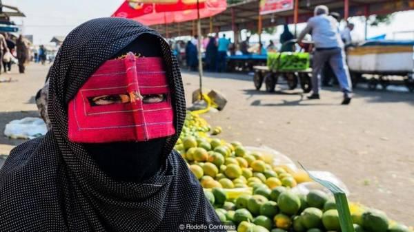 Một truyền thống cổ xưa Phụ nữ Bandari đeo mặt nạ hàng thế kỷ qua. Nguồn gốc của truyền thống này vẫn còn là bí ẩn. Tuy nhiên, một số ý kiến cho rằng nó bắt nguồn từ luật lệ của người Bồ Đào Nha, khi phụ nữ cố gắng che giấu vẻ đẹp của mình khỏi những kẻ săn nô lệ.