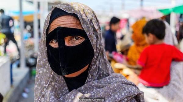 Những mùa hè vùng vịnh Vừa là một phần của tôn giáo và văn hóa, những chiếc mặt nạ còn có tác dụng bảo vệ đôi mắt và làn da khỏi ánh mặt trời gay gắt của vùng vịnh Ba Tư. Thực tế, những chiếc mặt nạ tương tự cũng được tìm thấy ở quanh Oman, Kuwait và nhiều nơi khác của bán đảo Arab.