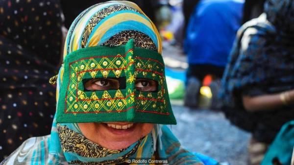 Vô số kiểu dáng mặt nạ Du khách có thể thấy rất nhiều kiểu mặt nạ của phụ nữ tỉnh Hormozgan. Một số cái che gần hết khuôn mặt, số khác nhỏ hơn và để lộ một vùng quanh mắt. Vài kiểu mặt nạ đi kèm lông thú, số khác lại làm từ vải thêu rất tỉ mỉ. Hầu như mặt nạ ở đây che phần mắt, mũi và đi kèm khăn trùm đầu che thêm phần miệng. Dân địa phương nơi đây có thể nhận ra làng, tình trạng hoặc nguồn gốc một phụ nữ chỉ qua màu sắc, hình dáng chiếc mặt nạ mà họ đang đeo.