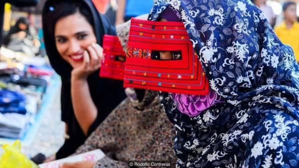 Hiện nay, ở tỉnh Hormozagan ngày càng ít cô gái trẻ giữ gìn truyền thống này, thay vào đó họ chỉ chọn đội khăn trùm đầu.