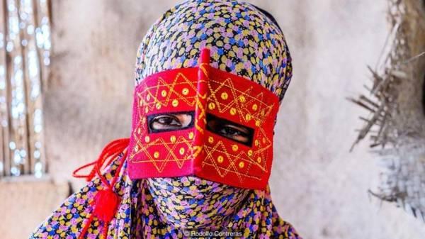 Truyền thống khắc nghiệt, bảo thủ Tuy các cô gái trẻ không thường xuyên đeo mặt nạ, khi phóng viên Rodolfo Contreras yêu cầu chụp ảnh không mặt nạ thì họ từ chối. Trong nền văn hóa mang tính bảo thủ này, phụ nữ không được nói chuyện với người lạ, đặc biệt là nam giới, và làm thế mà không đeo mặt nạ lại càng không phù hợp.