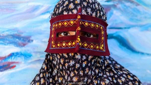 Cuộc sống đằng sau chiếc mặt nạ Vì chiếc mặt nạ bí ẩn, cộng đồng dân Bandari nổi tiếng là sống kín đáo và khó tiếp cận. Tuy vậy, sau vài ngày tìm hiểu khu vực Hormozgan, phóng viên Rodolfo Contreras nhận ra rằng nhiều phụ nữ Bandari thấy hạnh phúc khi được chụp hình, sẵn sàng chia sẻ về nét văn hóa và lối sống độc đáo của họ.
