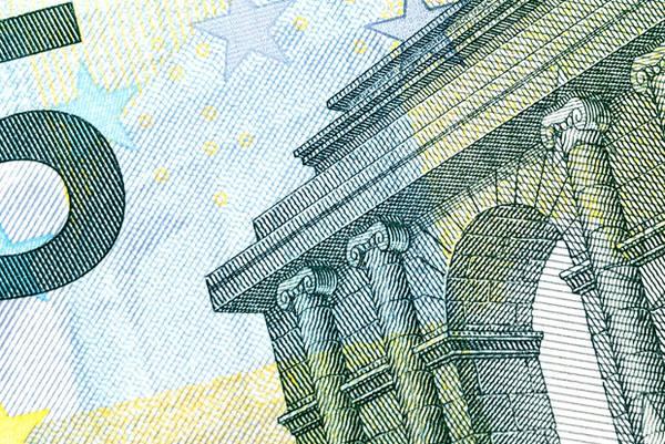 Để tiết kiệm, hãy cân nhắc làm một thẻ chi tiêu ở nước ngoài để giúp giảm thiểu những loại phí không cần thiết nhé.