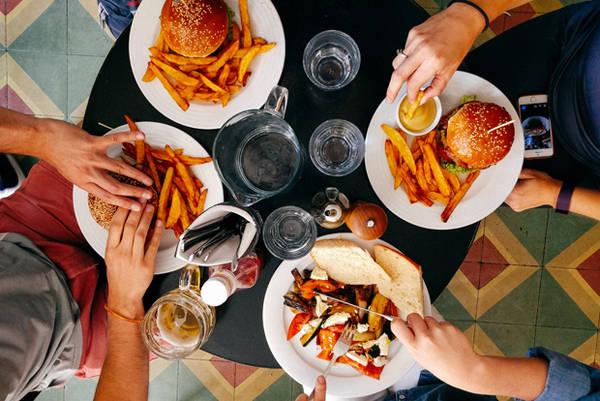 Nếu bạn dự định ăn một bữa ra trò ở bên ngoài thì nên ăn vào buổi trưa vì thực đơn buổi trưa thường rẻ hơn.