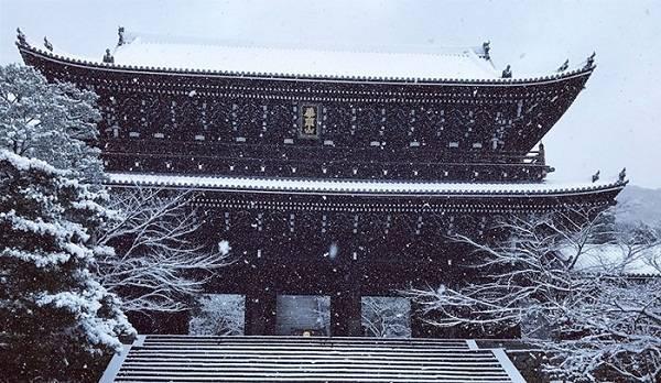 Trong nền tuyết, những di tích lịch sử càng trở nên cổ kính, trầm mặc