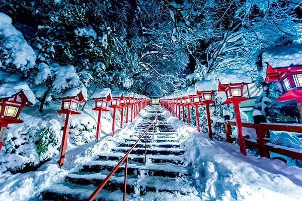 Cầu thang phủ tuyết trắng xóa cùng những ngọn đèn sơn đỏ dẫn lối hai bên, phía trên là những tán cây cũng đọng đầy sắc trắng