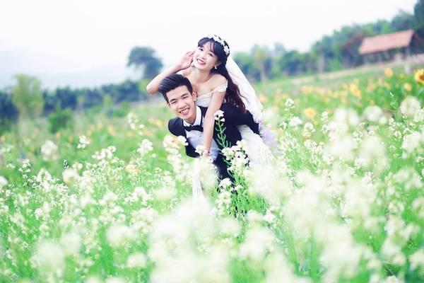 Nhiều cặp đôi cũng lựa chọn Thiên đường hoa Quảng La là địa điểm chụp ảnh cưới. Giá vé vào vườn hoa là 30.000 đồng/người. Cạnh khu vực trồng hoa còn có nhiều vườn trồng ổi, ngô, mía sạch. Bạn có thể xin sang đó dạo chơi, ngắm cảnh, chụp ảnh và mua về làm quà.