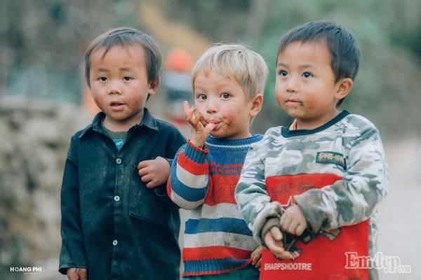 Trẻ em vùng cao có những đôi mắt trong veo, khiến người nhìn không thể rời mắt.