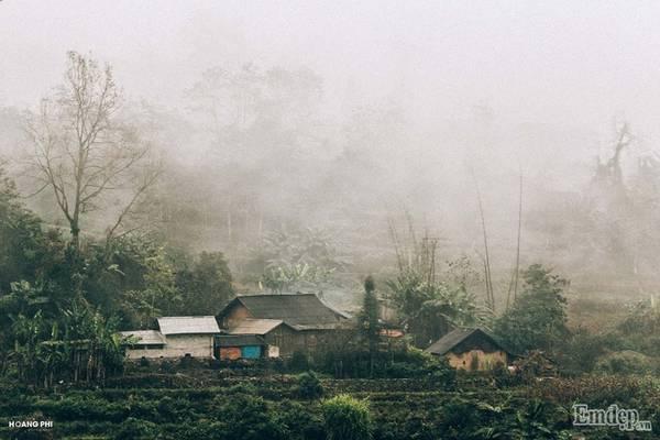 Bản làng của người Hà Nhì chìm trong sương mù và mây trời.