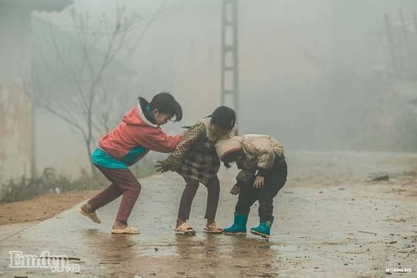 Những bé gái nô đùa trong sương sớm.