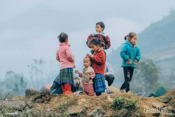 Trẻ em tụ tập vui chơi bên những mỏm đá.