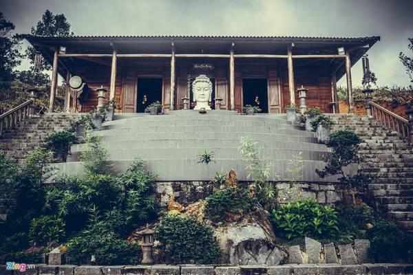 Nằm cách trung tâm Bảo Lộc khoảng 20 km, chùa Linh Quy Pháp Ấn nằm trên đỉnh đồi 45 thuộc huyện Lộc Thành (Lâm Đồng). Đường vào chùa rất gian nan với những con dốc cao ngất và bề rộng chỉ chừng 40 cm, luôn là thách thức thú vị với du khách thập phương.