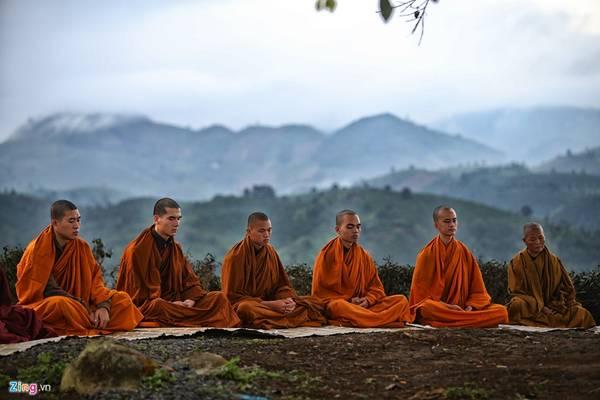 Tiếng kinh hòa cùng không gian bồng bềnh của sớm mai khiến lòng người tĩnh lặng rũ bỏ mọi ưu phiền.
