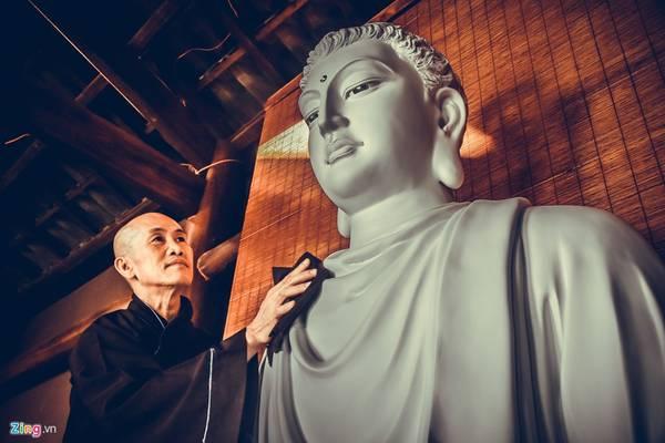 Trước khi đọc kinh thầy luôn lau bụi bẩn trên ngôi tượng Phật Thích Ca, biểu thị lòng thành kính.