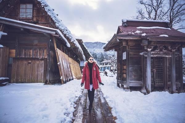 Nếu du khách có ý định lưu trú lại ngôi làng trong đêm thì cần phải đặt phòng trước đó nhiều tháng. Du khách muốn ở lại làng Shirakawago nên chọn thời điểm có sự kiện bật đèn. Tùy theo năm, lịch bật đèn ở đây có khác nhau. Thông thường sẽ bắt đầu bật đèn từ 18h đến 18h30, giữa tháng 1 đến tháng 2.
