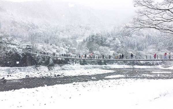 Cầu dây Deaibasi hay còn gọi cầu Kỳ duyên bắc qua sông, dài 107 m, là biểu tượng của ngôi làng. Để vào được làng, có 2 con đường, một đường đi bộ qua cầu, một đường cho ôtô.