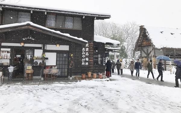 Ngôi làng Shirakawago luôn tấp nập du khách đến tham quan.