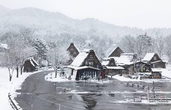 Shirakawago nằm giữa thung lũng bao bọc bởi núi nhưng việc đặt chân để đây khá tiện lợi bởi người đã Nhật xây dựng đường hầm xuyên núi. Trong ảnh là trạm xe buýt.