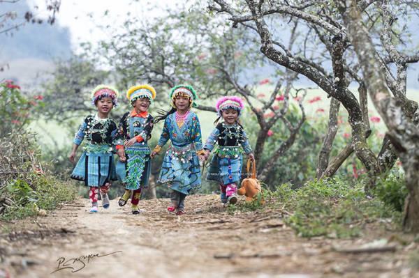 Trẻ em người dân tộc xúng xính quần áo mới ngày Tết - Ảnh: Nguyễn Vũ Phước