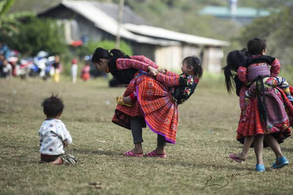 Các em hồn nhiên chơi đùa - Ảnh: Nguyễn Vũ Phước
