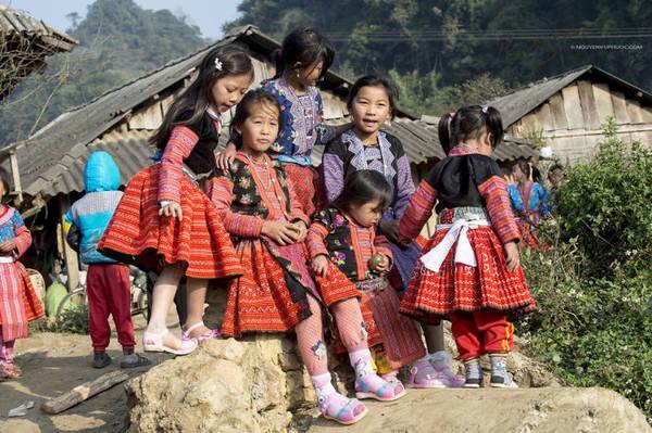 Trẻ em Mông mặc những bộ đồ sặc sỡ đi chơi Tết - Ảnh: Nguyễn Vũ Phước