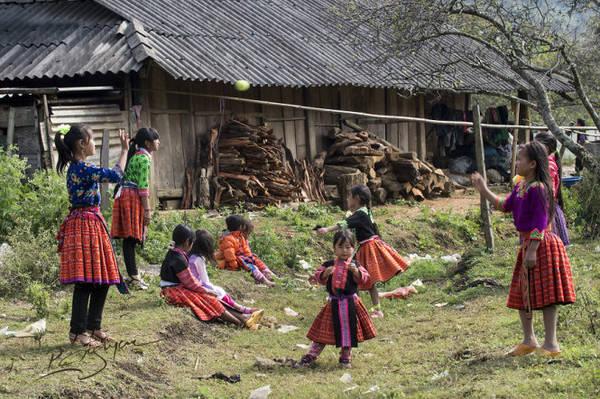 Các em hồn nhiên vui chơi trong nắng xuân - Ảnh: Nguyễn Vũ Phước