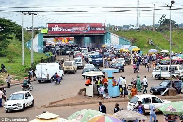 Sang đường ở Nigeria: Đây là một trải nghiệm dựng tóc gáy, khi những người đi bộ và xe không tuân thủ theo một quy tắc nào. Các nhóm người đi bộ thường đi qua đường trước mũi những chiếc xe chạy với vận tốc 100 km/h. Nếu xe đâm phải người đi bộ, lái xe thường bị đám đông lôi ra đánh. Ảnh: Daily Mail.