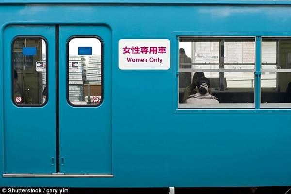 Toa tàu dành riêng cho phụ nữ ở Nhật Bản: Nhiều quốc gia đã có không gian dành riêng cho phụ nữ trên phương tiện công cộng. Nếu không biết, các nam du khách có thể rơi vào tình huống khó xử và xấu hổ khi vào nhầm toa. Ảnh: Daily Mail.
