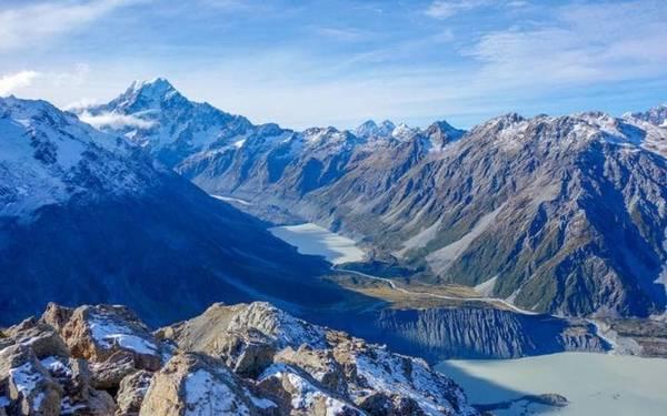 """New Zealand nổi tiếng với phong cảnh thiên nhiên thơ mộng. Như nhà văn Douglas Adams viết trong cuốn sách của mình: """"Địa hình đồi núi rộng lớn ở Fjordland ở phía Tây Nam New Zealand là một trong những nơi đáng kinh ngạc nhất trên thế giới""""."""
