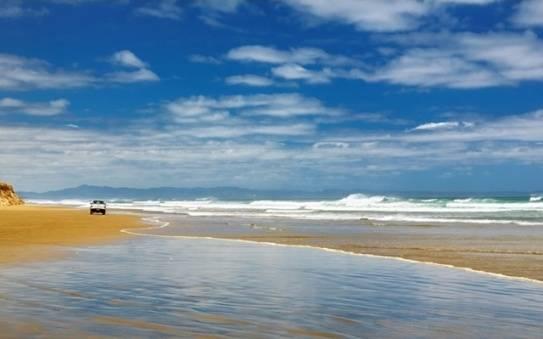 Bãi biển Ninety Mile dài 85km nằm trên bờ biển phía tây của Đảo bắc New Zealand. Biển Ninety Mile nổi tiếng với khung cảnh hoàng hôn tuyệt vời. Đây cũng là nơi lướt sóng lý tưởng.