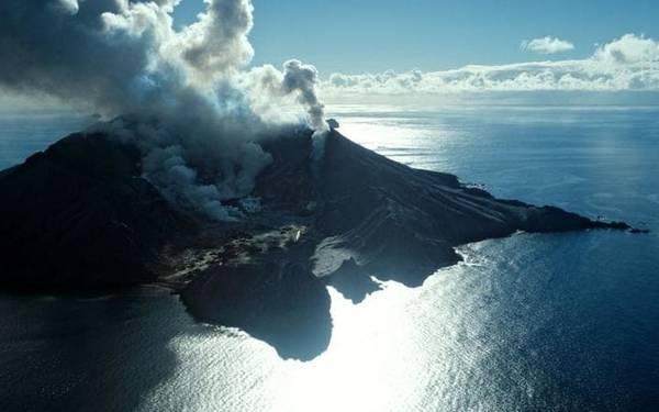 Đảo trắng là một trong những điểm dừng cuối cùng trên đường mòn núi lửa của New Zealand. Tới đây, du khách có cơ hội đến gần miệng núi lửa biển duy nhất của đất nước này. Bạn có thể đi bằng máy bay trực thăng để tận mắt ngắm nhìn khung cảnh ngoạn mục có một không hai trên thế giới.