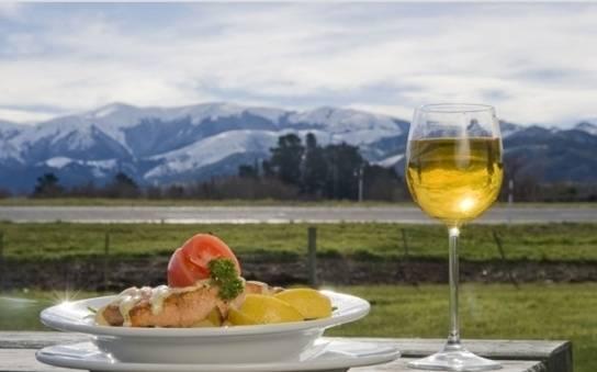 Còn gì tuyệt vời hơn khi ngồi trong nhà hàng và thưởng thức những món ăn ngon, ly rượu cabernet sauvignon và ngắm mặt trời lặn sau những vườn nho ở Vịnh Hawke, Martinborough, Marlborough, Trung Otago và một loạt các vùng rượu vang khác.