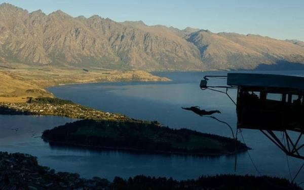 """Bungee là trò chơi mạo hiểm """"đặc sản"""" ở New Zealand. Kawarau gần vùng Queenstown là quê hương của môn nhảy này. Thông thường, người chơi sẽ leo lên một tháp cao, buộc dây đai quanh người và quăng mình xuống dưới mặt đất hay mặt nước. Cây cầu bắc qua sông Kawarau, thung lũng Gibbson là điểm đến lý tưởng để nhảy bungee."""