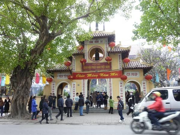 Chùa Quán sứ được nhiều người dân Hà Nội đến viếng trong những ngày đầu năm mới. Ảnh: mapio.net