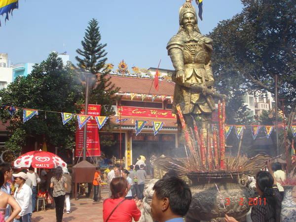 Đền được người dân Sài Gòn đến rất đông trong dịp đầu năm để cầu may.  Ảnh: hungvuongdalat.info