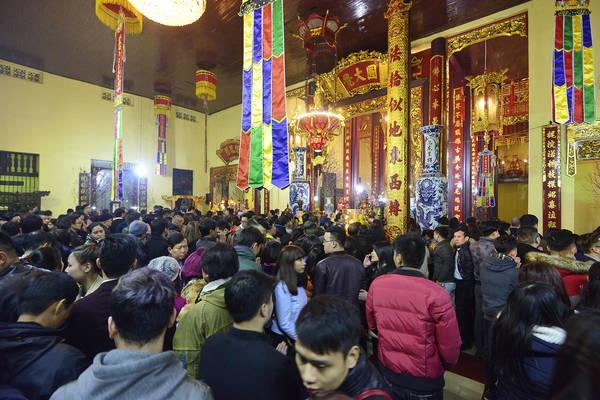 Rất đông Phật tử cầu may tại chùa Quán Sứ. Ảnh: baomoi.com