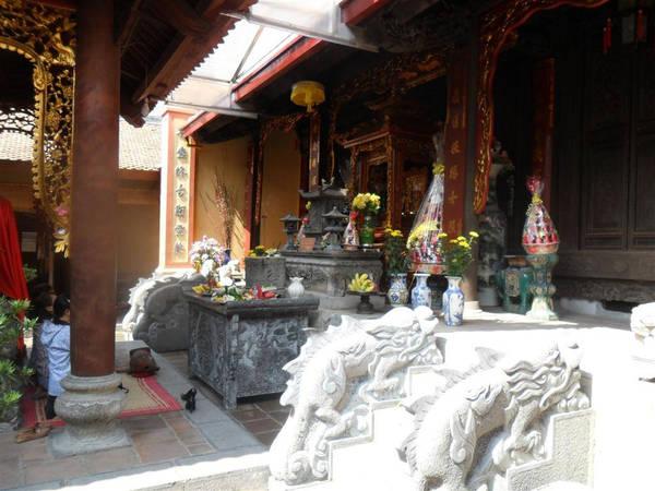 Tại đền Nghè có rất nhiều tác phẩm khánh sập, đá sập với nhiều hình thù khác nhau. Ảnh: panoramio.com