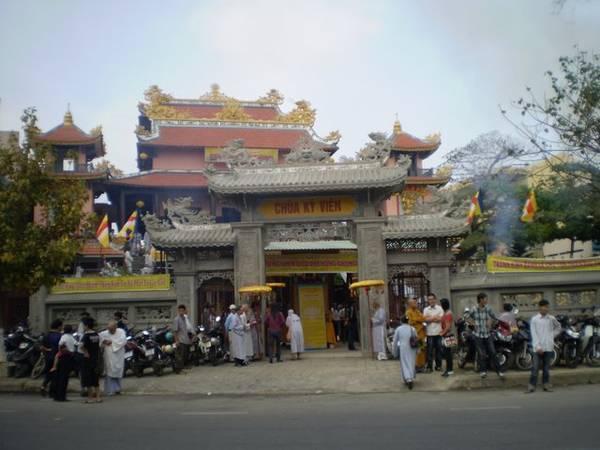 Những ngày Tết chùa được người dân Đà Nẵng chọn làm nơi gửi gắm tâm nguyện chốn cửa Phật. Ảnh: phattuvietnam.net