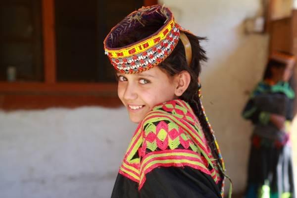 """Gul Sayed không phải là """"người lạ"""" duy nhất trong làng. Nhiều chuyên gia nghiên cứu đã cho rằng, tổ tiên của những người Kalasha là Alexander đại đế, do vậy họ thừa hưởng những nét đẹp rất Tây tại nơi đậm chất châu Á này."""