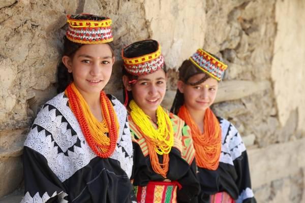 Những cô gái Kalasha được đánh giá là đẹp nhất và hạnh phúc nhất Pakistan cũng như trên thế giới. Không chỉ sở hữu ngoại hình con lai xinh đẹp, đời sống tình cảm cá nhân của họ cũng rất phóng khoáng.