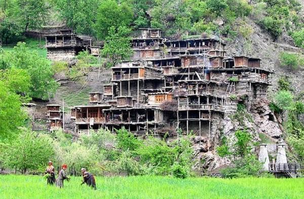 Trên ảnh là Bashali, ngôi nhà nằm ở cuối làng, dành cho phụ nữ đang mang thai hay tới kỳ kinh nguyệt. Mọi người cho rằng cơ thể phụ nữ trong những thời kỳ đó không được trong sạch.
